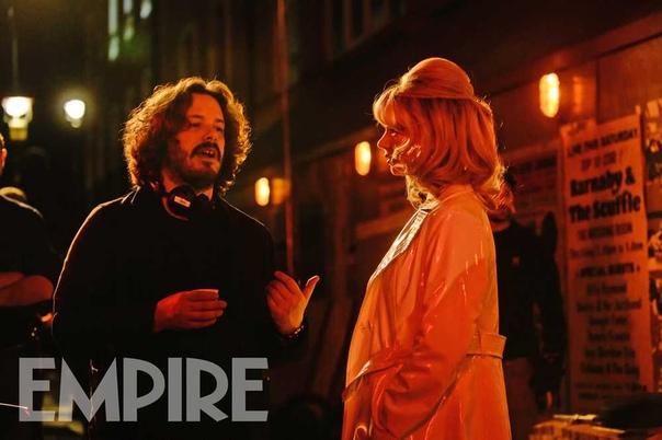 Эдгар Райт и Аня Тейлор-Джой на съемках хоррора «Последняя ночь в Сохо»