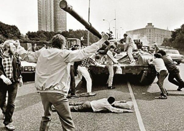 Защитники Белого дома пытаются остановить танк во время событий Августовского путча в Москве 1991 г