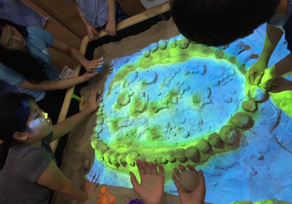 Интерактивные песочницы используются в детских садах, игровых центрах и развлекательных комнатах
