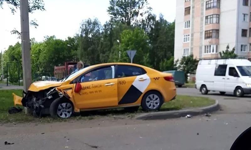 В Дядьково такси врезалось в фонарный столб