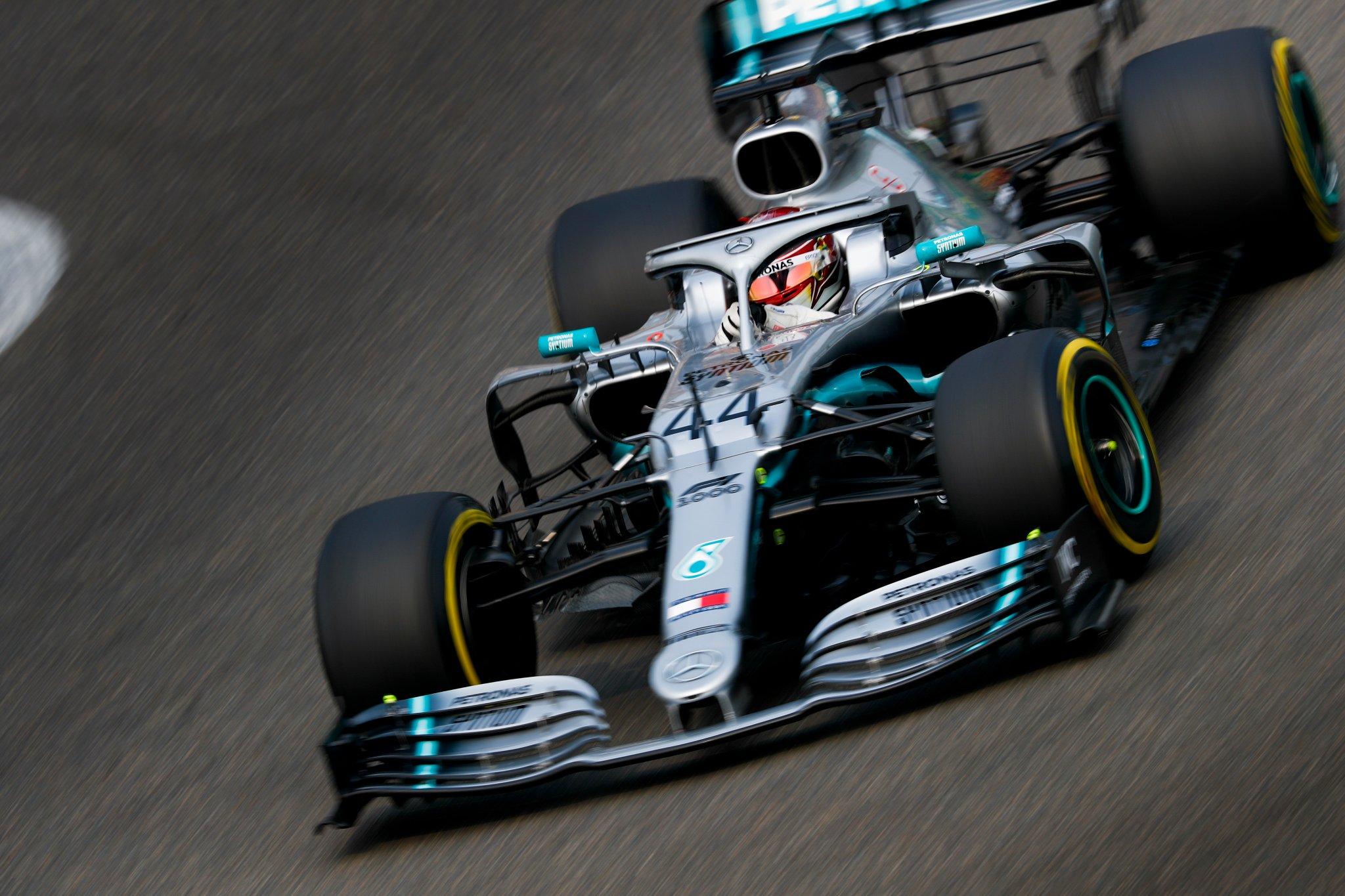 Льюис Хэмилтон выигрывает тысячную гонку в истории Формулы-1