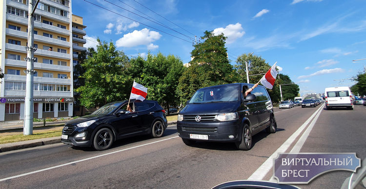 Люди в белых халатах, десантник и скучающий ГАИшник на Машерова. И авто с флагами