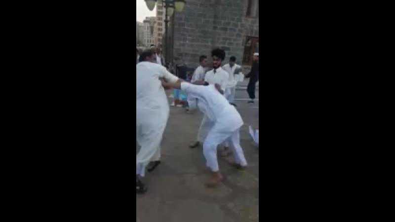 В Медине возле Мечети Пророка произошла ...вая драка (240p).mp4