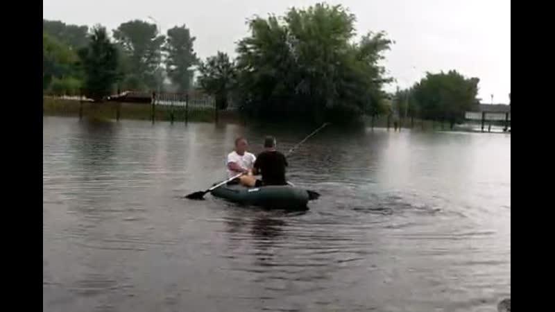 Последствия сильного ливня в Пинске машины тонули, люди плавали на лодке
