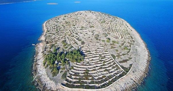 Остров Бальенак, который похож на отпечаток пальца Этот крошечный остров в Адриатическом море расположен недалеко от берегов Хорватии. Под пристальным вниманием общественности он оказался совсем