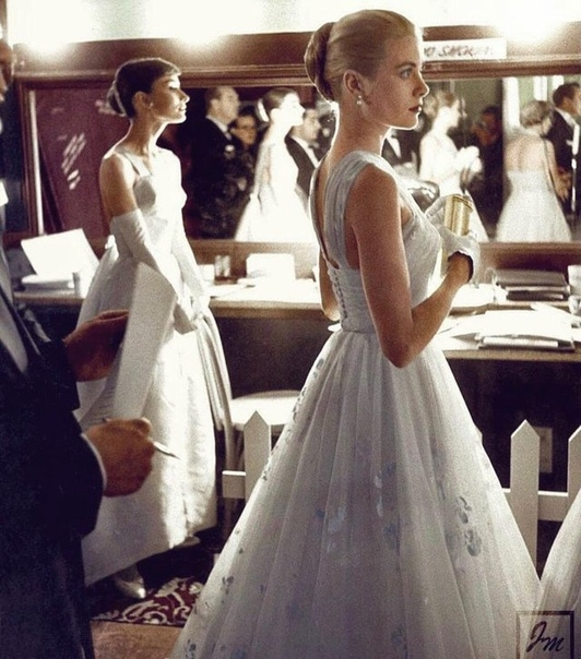 Одри Хепберн и Грейс Келли за кулисами премии «Оскар» 1956 года. Воплощение элегантности.