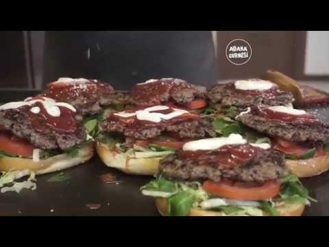 ÇILGIN HAMBURGERCİNİN İNANILMAZ ŞOVU ( 3 milyon izlenen hamburger yapımı )