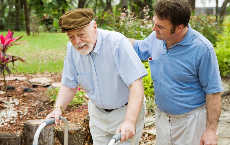 У пожилых людей часто есть много информации, поэтому попросите их совета.
