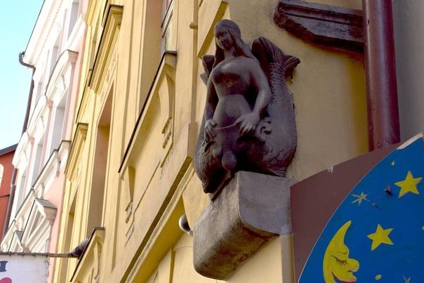 КАЛЕЙДОСКОП ПРАЖСКИХ ДОМОВЫХ ЗНАКОВ Домовые знаки любопытное явление в истории и архитектуре Праги. Главная причина их появления рост городов и увеличение плотности застройки. В конце XIV в.