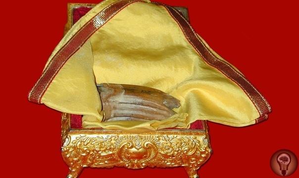 Зуб Будды из города Канди (Шри-Ланка) По преданиям, после кремирования Будды на пепелище осталось четыре зуба, которые затем оказались в разных частях света. Один из них находится в городе