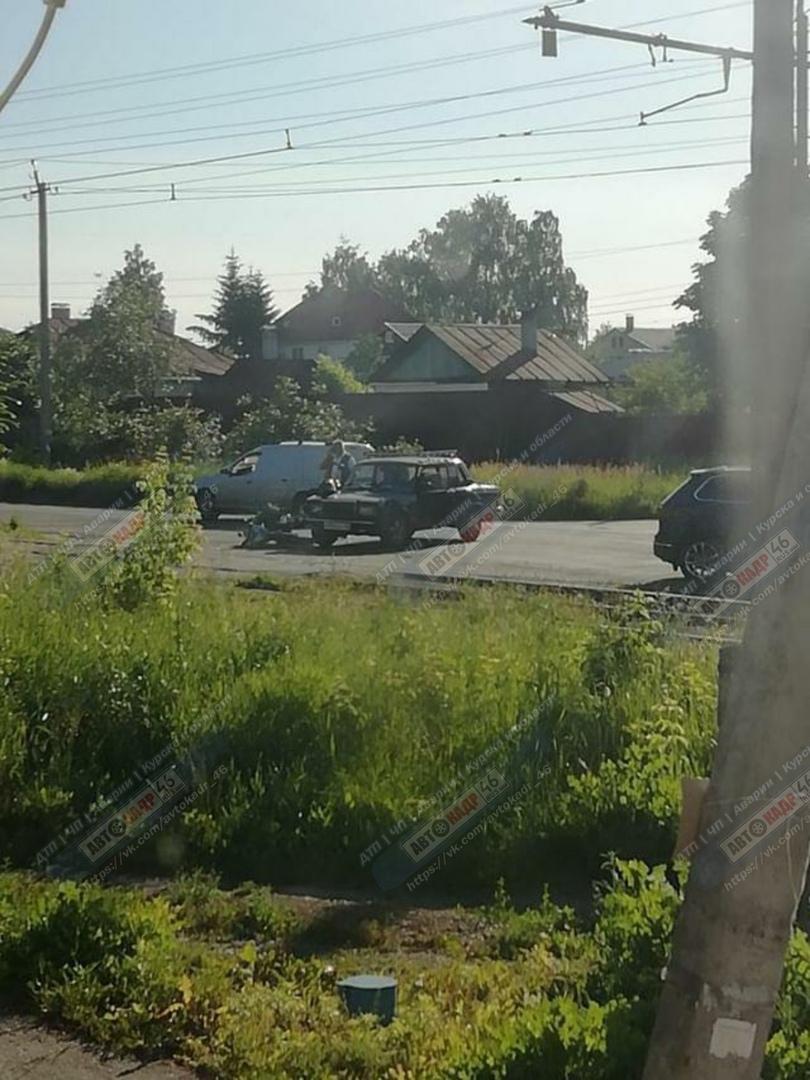 В Курске очередной байкер без прав попал в аварию