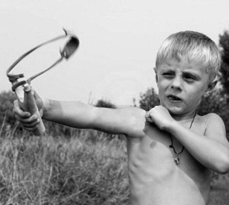 1 xH9ZI VQE - Маленький мальчик нашел пулемет...