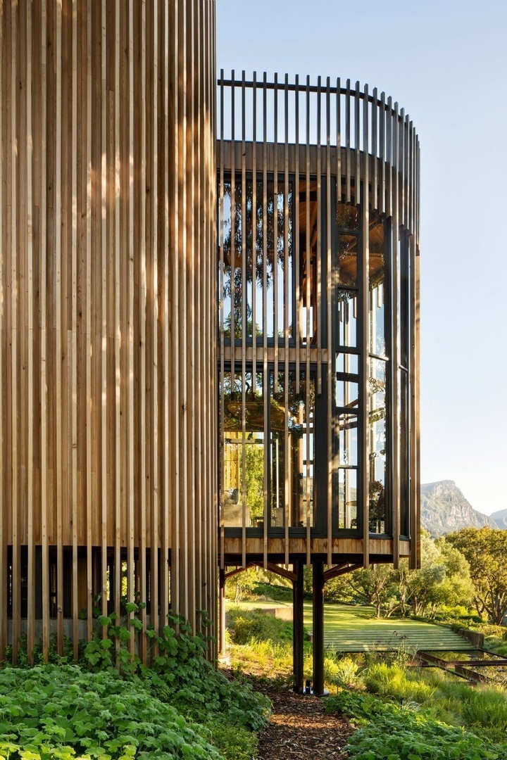 Цилиндрические башни на сваях,  в Кейптауне.
