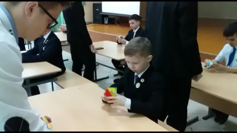 Я в школе собираю кубик Рубика пирамидка мой рекорд 13 59