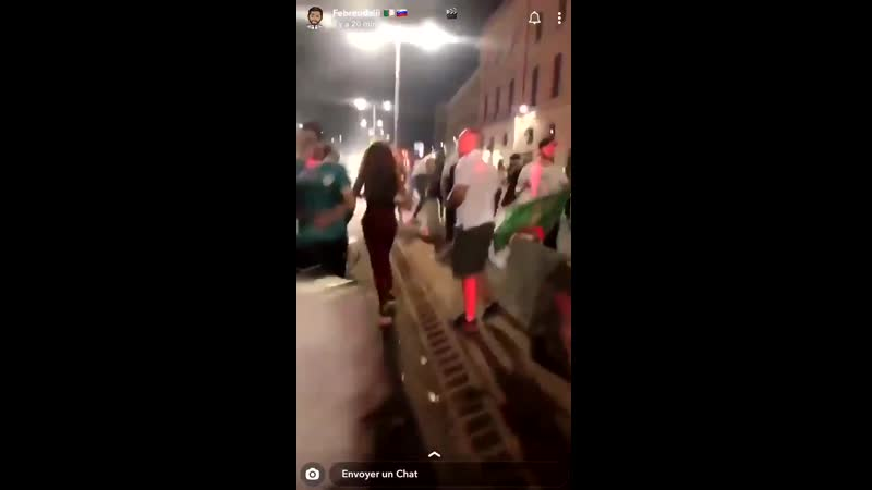 ALGSEN Un groupe de supporters algériens entoure la voiture de 2 jeunes femmes françaises