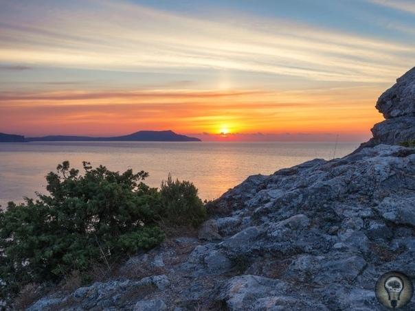 Красивые места Крыма, где мало туристов 1. Качинский каньон Пробитый в горной гряде рекой Качей, этот каньон при ширине в 150 метров довольно труднодоступен. На крутых скалистых склонах каньона