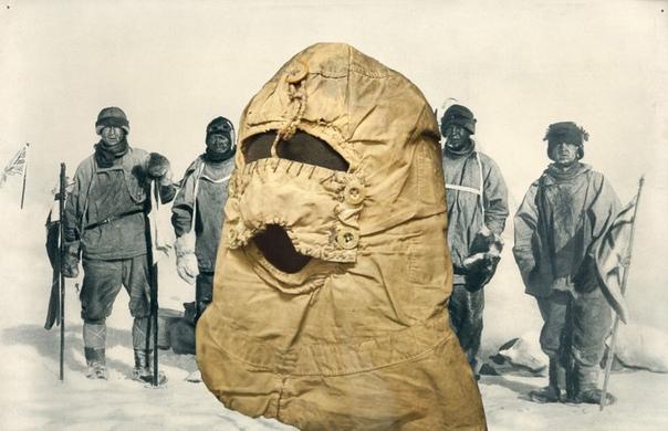 ИЗ АРМИИ НА ТРИБУНЫ. ИСТОРИЯ БАЛАКЛАВЫ Балаклава, также известная под названием «лыжная маска», часто ассоциируется с грабителями банка или нарядом ОМОНа, но первоначально она служила целям