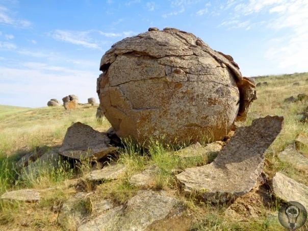 Конкреции. Мистика или творение природы Полуостров Мангышлак находится в Казахстане у самого Каспийского моря. Удивительно, что забравшись на возвышенность можно увидеть длинную полосу из