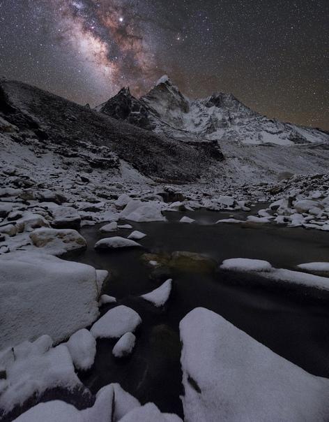 Млечный путь над одной из красивейших вершин Гималаев, Ама - Даблам (6814 м . Национальный парк Сагарматха, деревня Чукунг, НепалФото: Меркушев