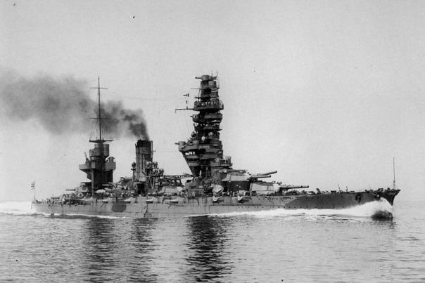 IJN Fusō () и его пагода Линейный корабль ВМС Японии Фусо был заложен 11 марта 1912 года на верфи в Куре. В состав флота вошел 8 ноября 1915 года. Длина корабля составляла 205 метров, ширина