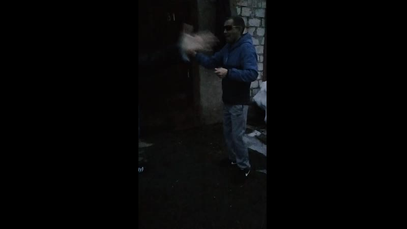 рома танцует
