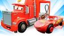 O Raio McQueen experimenta novo combustível. Vídeo de brinquedos sobre carros.