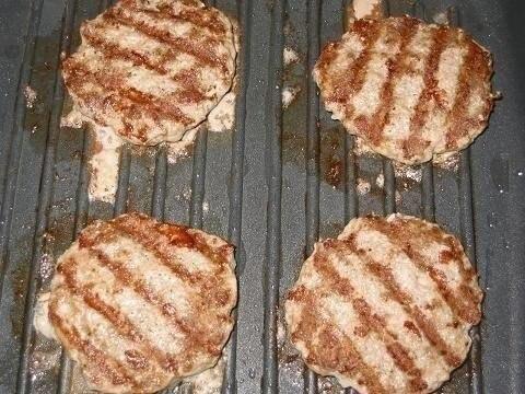 Гамбургеры по-домашнему. Дома точно вкуснее!)