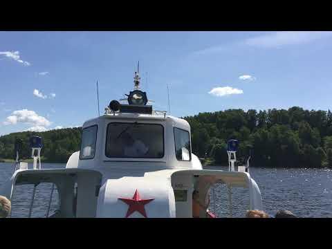 Теплоход Маяк 2 отплывает от пристани Семигорье.