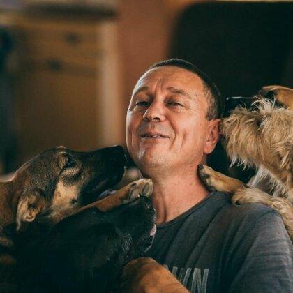 Житель Сербии открыл приют для собак и спас сотни жизней За последние десять лет Саша Пешич спас более 1100 собак в городе Ниш, Сербия. Большинство животных выживали в ужасающих условиях,