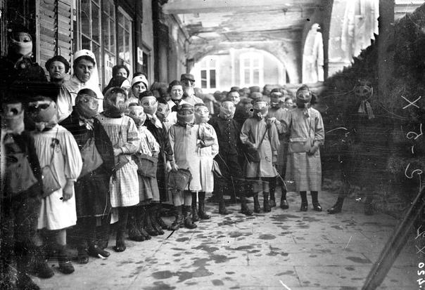 Дети из школы города Понт-а-Муссон в противогазах (Третья Французская республика, 1916 год
