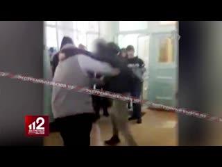Избил учителя, а потом уснул на руках одноклассников!
