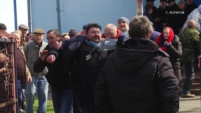 На Рівненщині громада ПЦУ виштовхала батюшку та парафіян УПЦ МП