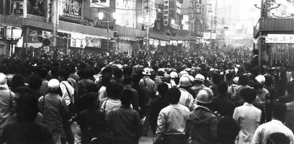 ВОССТАНИЕ НА ОКИНАВЕ. 1970-Й ГОД. По итогам Сан-Франциского мирного договора 1951 года Япония вновь обретала независимость. Однако ряд её территорий осталась под оккупацией США. В частности,