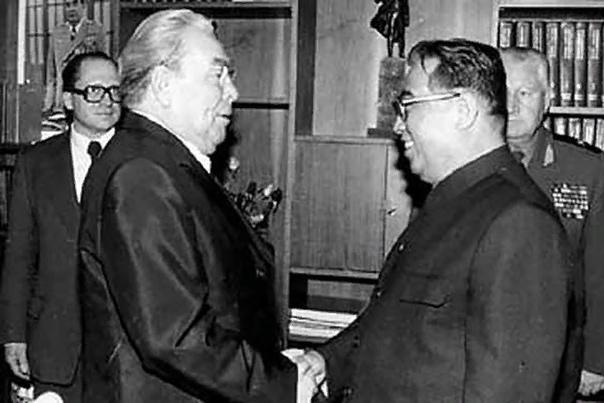 Ким Ир Сен Ким Ир Сен основатель северокорейского государства, Вечный президент КНДР, генералиссимус. При жизни и после смерти он является обладателем титула «Великий вождь товарищ Ким Ир Сен».