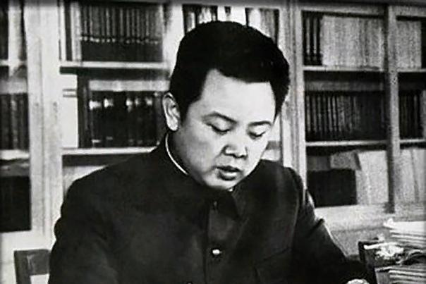 Ким Чен Ир Ким Чeн Ир многолетний глава Северной Кореи, который официально именовался Великим Руководителем Корейской Народно-Демократической Республики. Также он считался Верховным