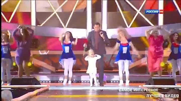Маленькая девочка зажигает под песню Женщина я не танцую