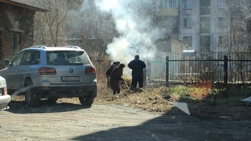Бийчане жалуются на соседей, сжигающих мусор возле домов (Будни, 19.04.19г., Бийское телевидение)