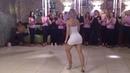 Очаровательная девушка танцует под красивую песню о любви