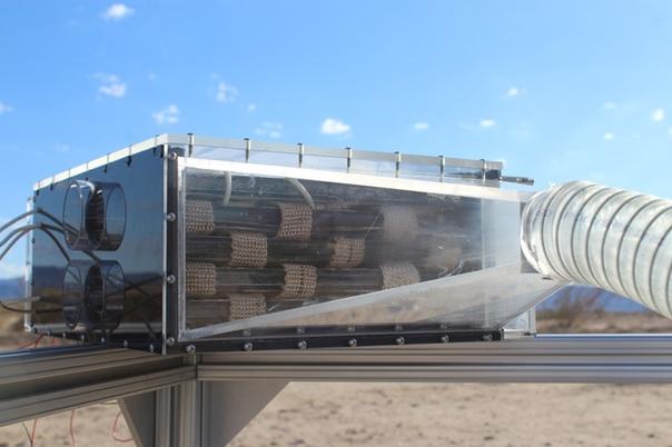 Исследователи Калифорнийского университета Беркли создали аппарат, способный конденсировать воду из атмосферных паров Такие устройства уже существовали ранее, но по словам исследователей, их