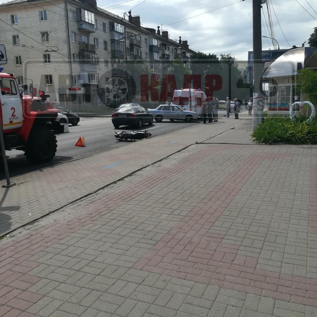 В центре Курска «Вольво» не уступил дорогу мотоциклисту. Двое пострадавших