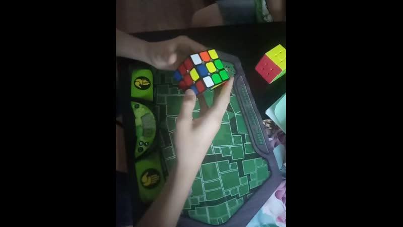 Сборка кубика Рубика в замедленной съемке