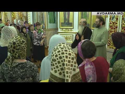 В Свято-Михайловской церкви Авдармы Государственный хор г. Тирасполь исполняет церковные песнопения