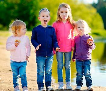 Дети с аутизмом могут проявлять ограниченный интерес к общению с другими.