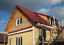 Мастера делают облицовку крыши достаточно быстро.