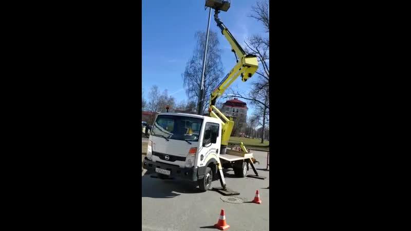 Автовышка на базе Nissan - 22 м. Работы на АЗС Neste. Аренда, заказ г. Гатчина, Санкт-Петербург
