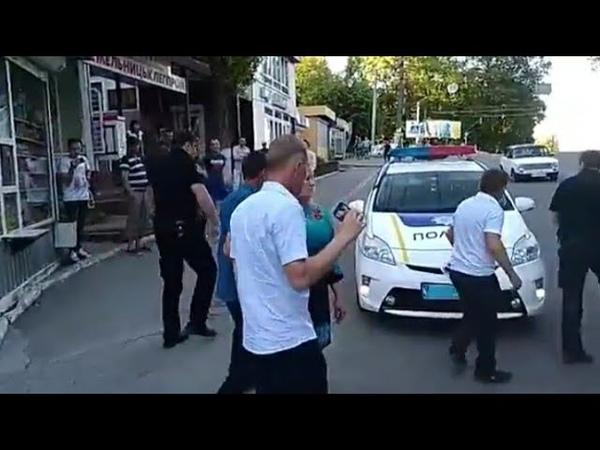 Поліція м Хмельницький без пояснень скрутили людину