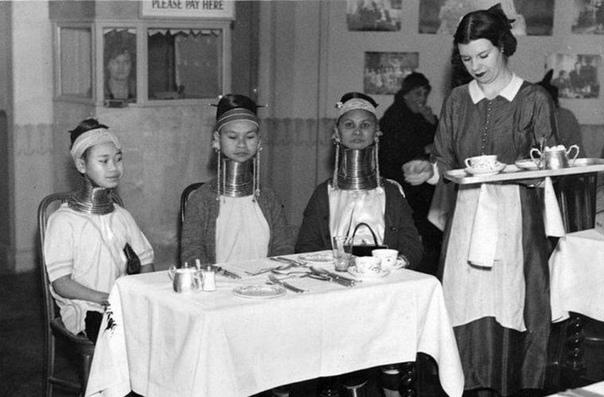 На этом фото 1935 года запечатлено, как девушки из Бирмы пьют чай в чопорном английском кафе Как они вообще попали в Великобританию Барышни были артистками цирка Bertram Mills Circus, в котором