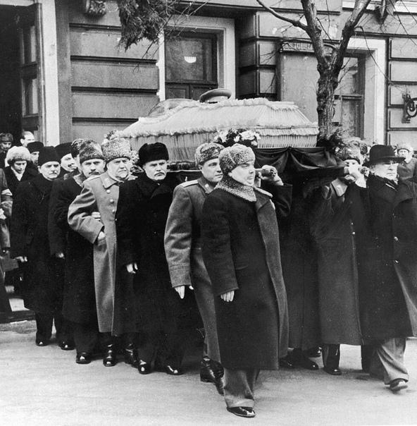 ПЕРВОЕ СТИХОТВОРЕНИЕ ВЛАДИМИРА ВЫСОЦКОГО НАПИСАННОЕ ИМ В 1953 ГОДУ, ПОСВЯЩЕНО БЫЛО И.В.СТАЛИНУ 8 марта 1953 года восьмиклассник Володя Высоцкий, пройдя мимо гроба с телом покойного И.В.