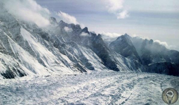 Ледник Сиачен Индо-пакистанский конфликт начался ещё в середине XX века. А о стратегической важности ледника Сиачен враждующие стороны догадались лишь в 1984 году. Цель превыше всего Пару слов о