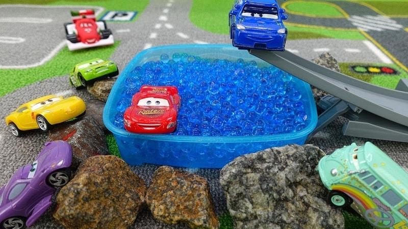 Raio McQueen se prepara para uma competição. Carros de corrida. Vídeo de brinquedos para crianças.